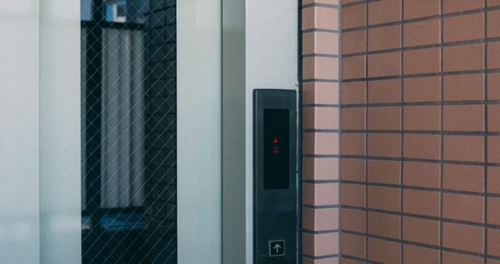 evitar accidentes en un ascensor