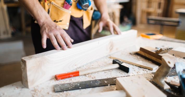 artesano manipulando madera